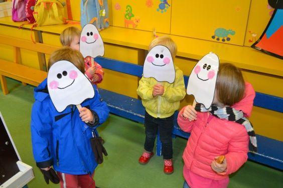 peuters thema spookjes: verstopspook maken met achteraan het versje: Ik ben een spookje, boe boe boe, met een laken op mijn hoofdje, kom ik naar je toe, kie - ke - BOE! www.jufanneleen.com