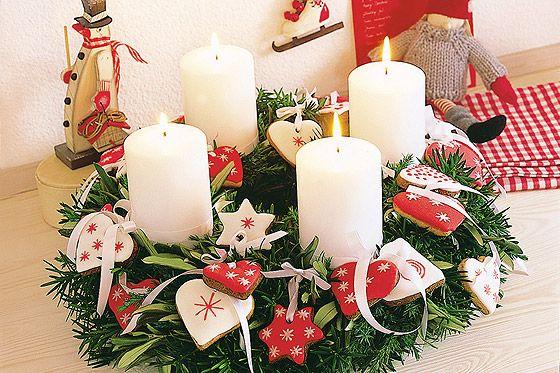 Adventskranz basteln: Zum Anbeißen ist dieser hübsche Adventskranz mit den rot und weiß glasierten Lebkuchen. Und das Beste: Sie sind tatsächlich essbar! © Christophorus Verlag