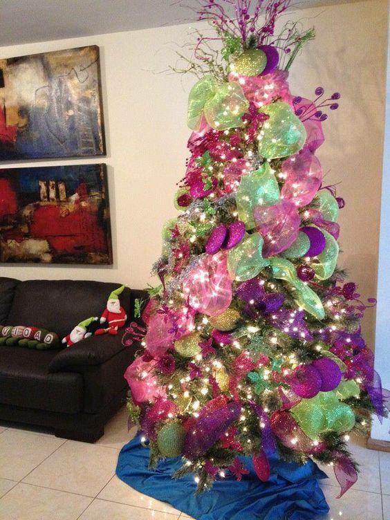 Pino de navidad con adornos verde limon y rosas rboles for Adornos para departamentos