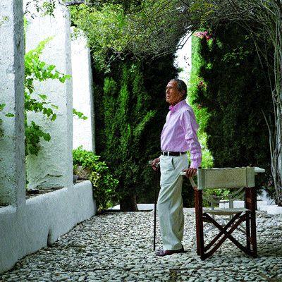 Rincón de intimidad. Antonio Gala en el patio de su finca en Alhaurín El Grande, Málaga. Los muris encalados de esta casa campesina del siglo XVIII protegen con celo la intimidad y el proceso creativo del escritor.