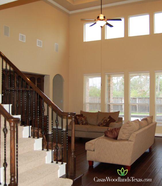 Amplia sala con techo alto y pisos de madera. #casasenwoodlands ...