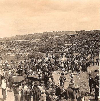Photograph of the crowds witnessing the Miracle of the sun, 1917