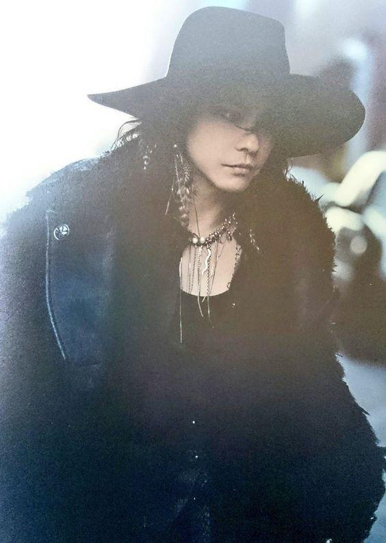 黒いジャケットに黒いハットを被っているL'Arc〜en〜Ciel・hydeの画像