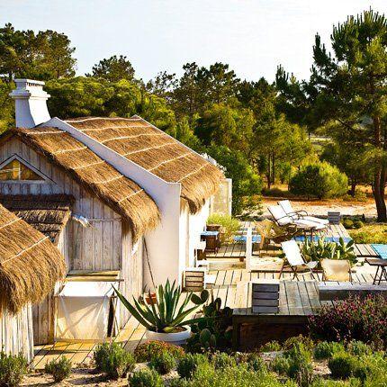 au portugal entre sable et eau une cabane de p cheur. Black Bedroom Furniture Sets. Home Design Ideas