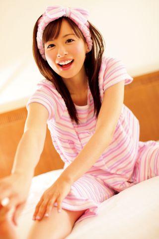 ピンクのラフな格好をしている皆藤愛子
