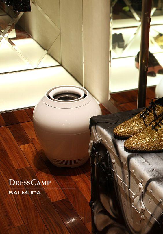 鮮やかな色彩と対照的な、真っ白い加湿器。東京を代表するコレクション・ブランド「DRESSCAMP」の南青山にある店舗にて。