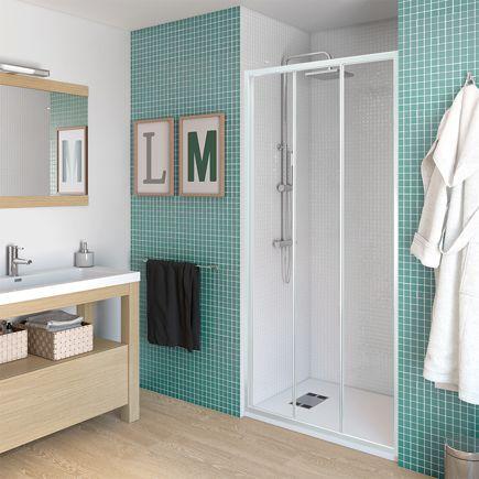 Mampara Decco para plato de ducha de aseo y baño principal, vidrio transparente y perfiles en blanco.