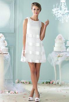 Vestidos de novia cortos para el civil o para un segundo matrimonio. El corte en línea A es super flattering y la transparencia sobre un vestido mas ceñido le da un aire de los '70s pero super moderno.: