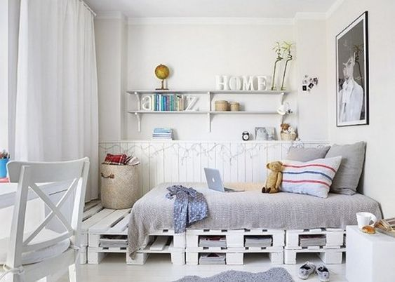 schlafzimmer inspiration mit bett aus europaletten weiß  WohnDesign