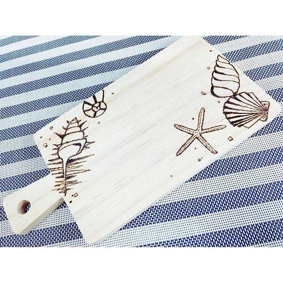shou05ko24本日の作品はこちらです♡ 天然の木製カッティングボード! 今回は受注生産で、minneで販売、受付中です( *ˆoˆ* ) よろしくお願いします! #minne  #作家名はshoco  #ハンドメイド  #インテリア雑貨  #ナチュラル雑貨  #DIY  #カッティングボード #雑貨  #キッチン小物