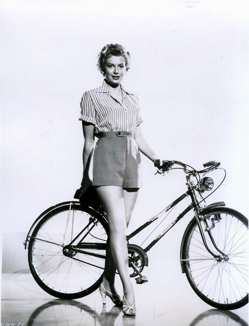 Deborah Kerr fica de bicicleta.