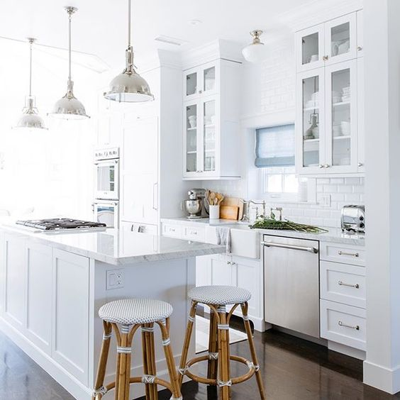 I can't claim all the gorgeousness of the #ViaPimaHouse kitchen as this was all done before I came into the pic- I just added the Roman shade, stools and a little styling. Major props to @kimtobias11 for having timeless taste- this classic look will be  forever! #ritachaninteriors #classickitchen