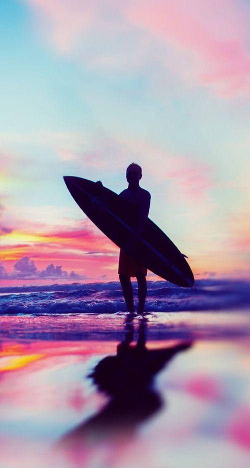 色鮮やかな景色とサーファー