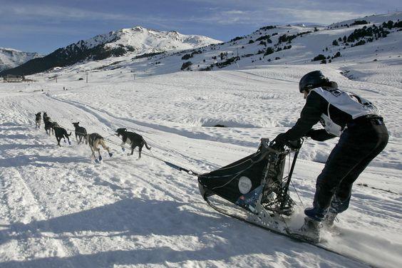 La nieve, protagonista absoluta del prodigioso paisaje que une, bajo su manto, esquí, snowboard, motos de nieve, trineos, esquí de fondo, y todo el lifestyle que seas capaz de imaginar.