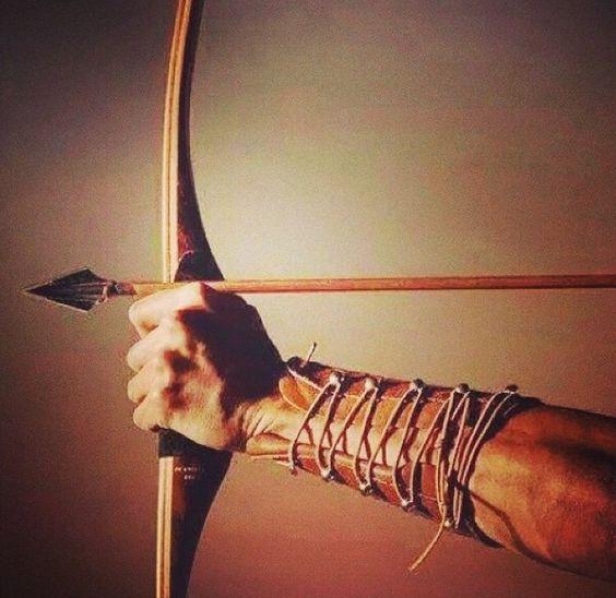 """Conta a lenda que um pássaro maligno ameaçava a aldeia e Oxóssi era caçador, como outros. Ele só tinha uma flecha para matar o pássaro e não podia errar. Todos os outros já haviam errado o alvo. Ele não errou, e salvou a aldeia. Daí o epíteto """"o caçador de uma flecha só"""