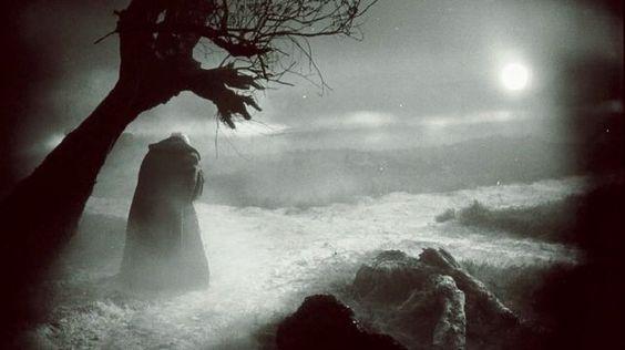 Auf der Suche nach hellen Stellen in der Dunkelheit – oder umgekehrt: Filmstill aus «Faust» von Friedrich Wilhelm Murnau, 1926.