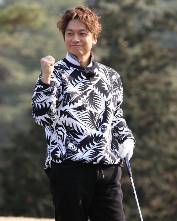 ゴルフをしている香取慎吾