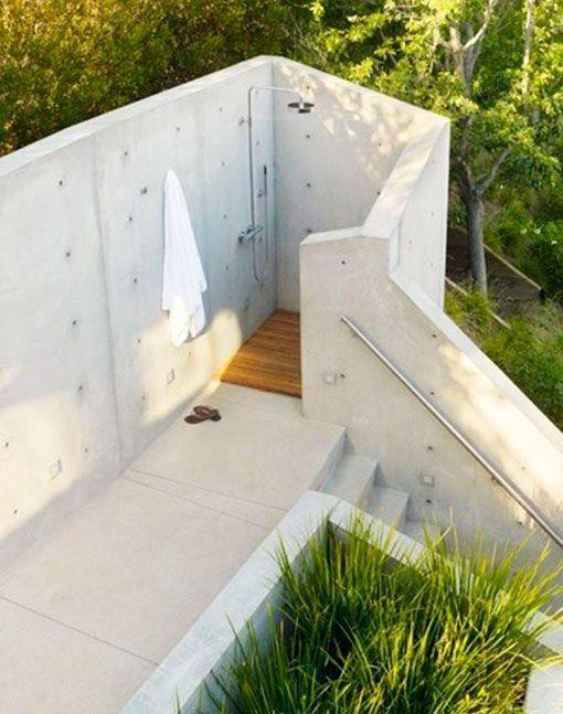 Duchas de exterior en un muro de cemento porches patios - Duchas para terrazas ...