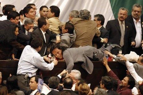Alcaldes del país acusan que los diputados federales utilizan la asignación de recursos en el presupuesto de egresos, como medio para extorsionarlos, así lo reporta el diario Reforma.