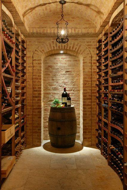 Une cave en sous-sol avec des étagères en bois et des murs en pierre