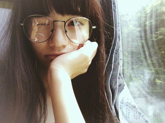 丸眼鏡をかけた小松菜奈