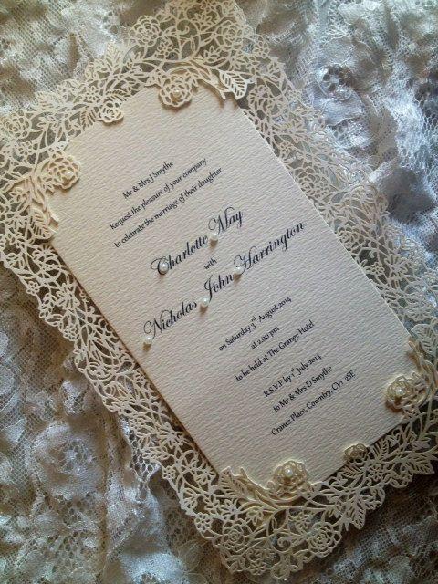 Convite simples, mas com uma espécie de capa/envelope que enriquece o todo S2 #convitedecasamento #weddinginvitation