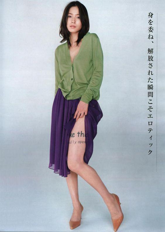 中谷美紀足をスカートから覗かせる美しい画像