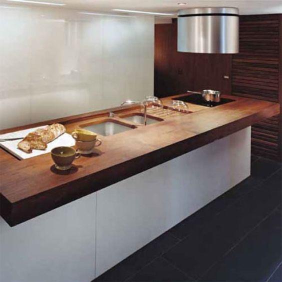 Une cuisine avec un comptoir îlot à deux fonctions