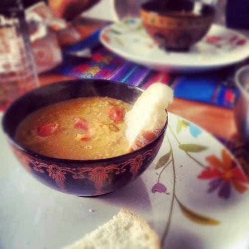 """ZUPPA DI LENTICCHIE, POMODORO E GINGER E' una zuppa buonissima per queste giornate autunnali. L'aggiunta del succo di limone e dello zenzero stemperano la """"pesantezza"""" dei legumi e danno un tocco di fresco veramente piacevole. INGREDIENTI (2 porzioni abbondanti, tre piccole):100g circa di lenticchie 1 spicchio d'aglio1/2 cipolla piccola o uno scalogno1 carota5-6 pomodorini1 cucchiaio scarso di concentrato di pomodoro o passato di pomodoroCurry ..."""