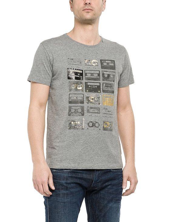 T-shirts    Passend zur Replay Blue Jeans gibt es das T-Shirt mit großflächigem Print.So ist der lässige Look rundum garantiert!    Außenmaterial: 100% Baumwolle...
