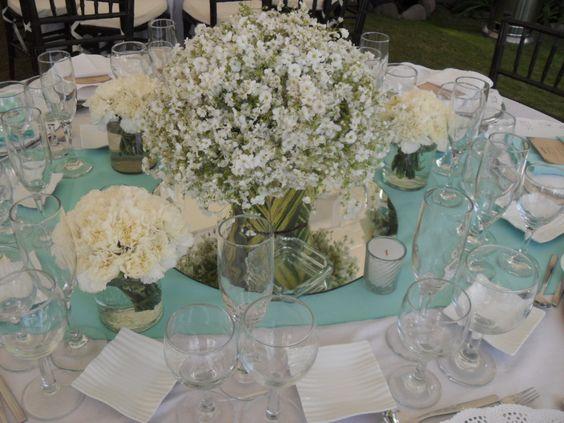 Centro de mesa con nube y claveles bodas pinterest mesas for Arreglos de mesa para boda en jardin