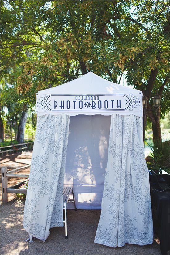 the cutest wedding photo booth . FOTOS E FOTOS NO CASAMENTO ! ADOREI O NOME PHOTOBOOTH NA ENTRADA . E A CABANINHA LINDA LINDA !