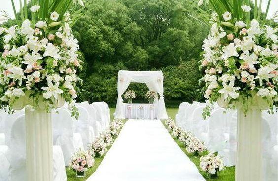 Small fresh lawn wedding venue decoration:)