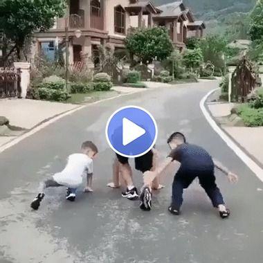Crianças fazem uma brincadeira com o pai