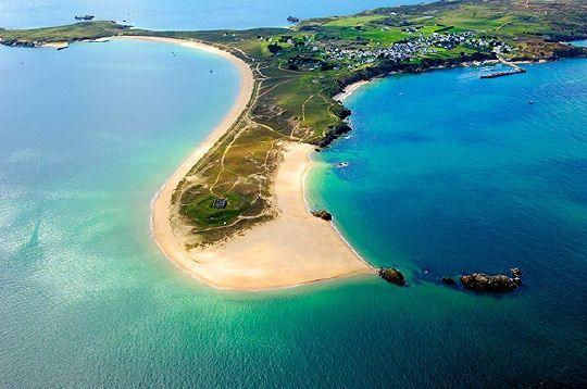 """L'île d'Houat, qui signifie """"canard"""" en breton, fait partie de l'archipel des îles du Ponant, à environ 15 km des côtes. Longue de 5 km et large de 1,3 km, Houat offre des plages d'une beauté saisissante.  © Erwan Boisecq"""