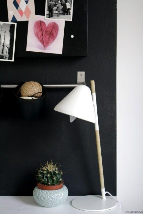 Home Office - neue Bilder aus dem Büro - Tulpentag. Der Blog #deko #interior #schreibtisch #arbeitsplatz #schwarz #wand #ordnung #freebie #wandtatoo #poster #postkarten #einrichten