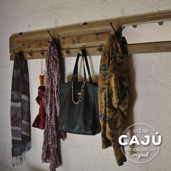 Perchero de pared estilo vintage realizado con persiana antigua reciclada