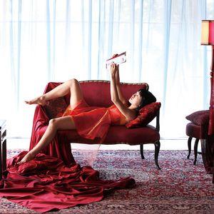 ソファーに寝そべる二階堂ふみ