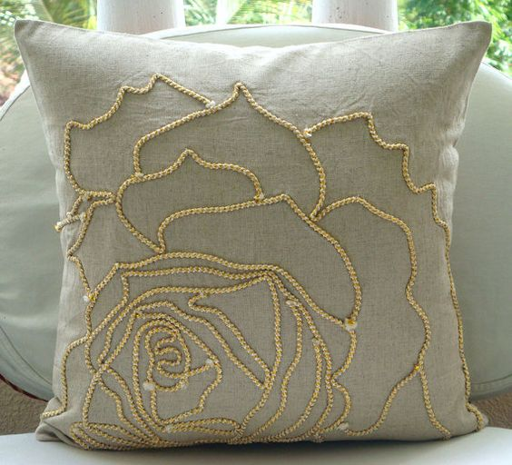Almohada decorativa cubiertas 16 x 16 Natural cordón oro lino bordado almohada almohada cubre casos acento sofá sofá almohadas ropa de cama rosa ________________________________________________________________________  Funda de almohada se hace con la naturales algodón lino bordado con un lujo de oro y cordón de yute Beige para formar la rosa hermosa. Este diseño te dejará encantada todo el camino.  La parte posterior de la almohada es la misma ropa de algodón Natural con una cremallera…