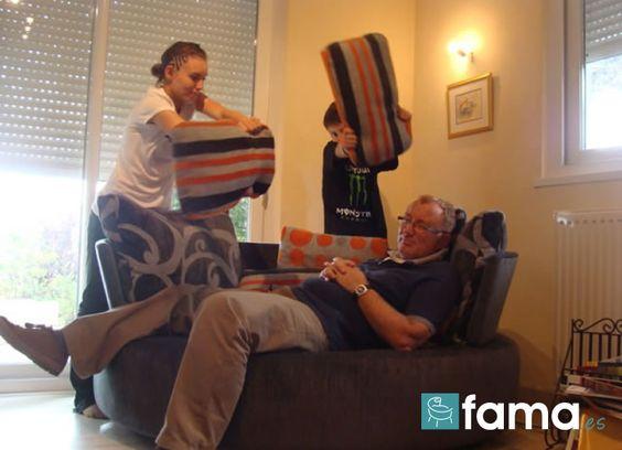 bataille de coussin sur mon canapé FAMA