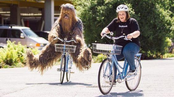 Candance Payne e Chewbacca durante visita à sede do Facebook, na Califórnia