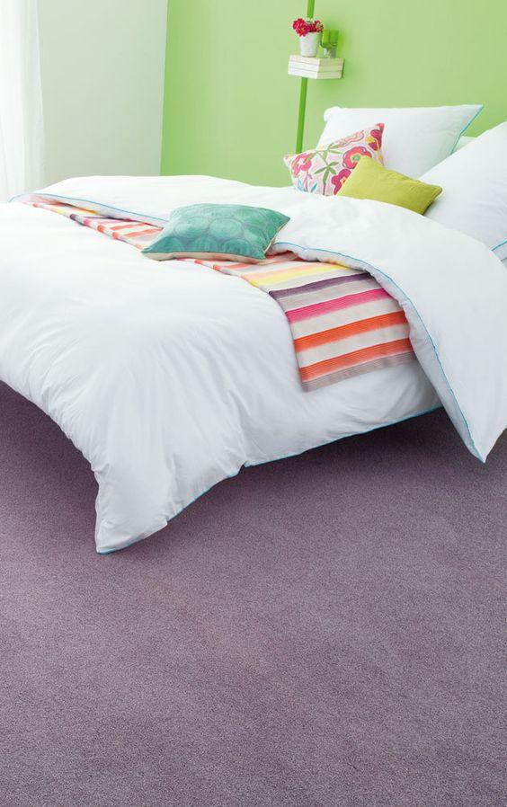 Creëer sfeer door in tapijt en op één muur kleur toe te passen. # Belakos flooring