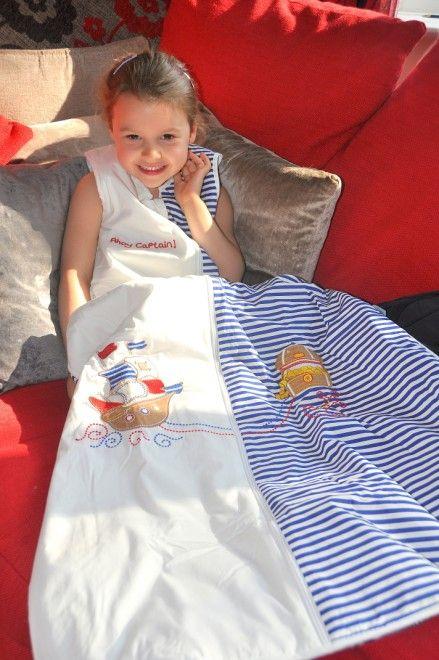 Unser Kinderschlafsack Design Pirat ist bei kleinen Jungs und Mädchen sehr beliebt. In diesem Schlummersack kuscheln sich kleine Schatzsucher am liebsten ins Bett und hören den Piraten Gutenachtgeschichte zu.