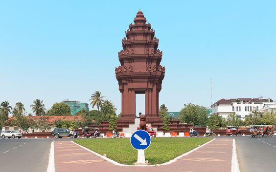 Das Unabhängigkeitsdenkmal in Phnom Penh ruht auf einer Insel inmitten des teilweise turbulenten Verkehrs