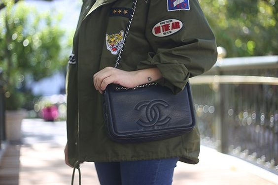 Look da Ka: casaco militar com patches e tee divertida