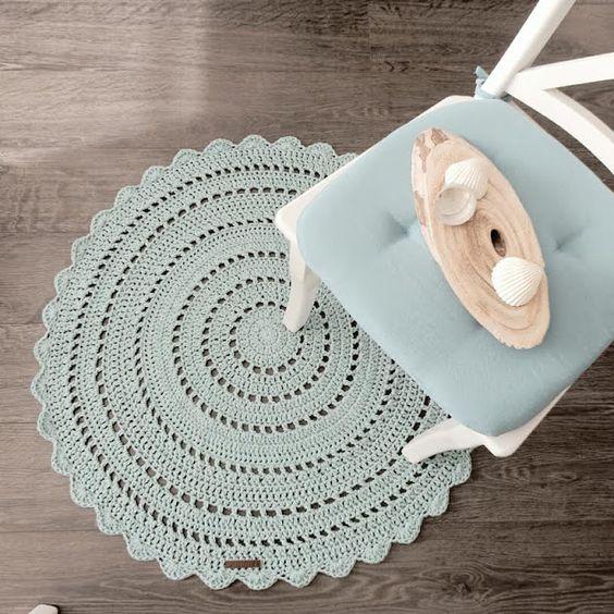 Kijk wat ik gevonden heb op Freubelweb.nl: een gratis haakpatroon van CutiePie Designs om dit mooie vloerkleed te  maken https://www.freubelweb.nl/freubel-zelf/zelf-maken-met-haakkatoen-vloerkleed/