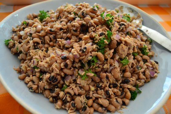 Tuna and Black Eyed Bean Salad – Salada de Feijão Frade com Atum  http://portuguesediner.com/tiamaria/black-eyed-bean-salad-salada-de-feijao-frade-atum/