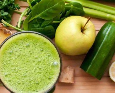 Succo di zucchine, mela, lime, spinaci e prezzemolo