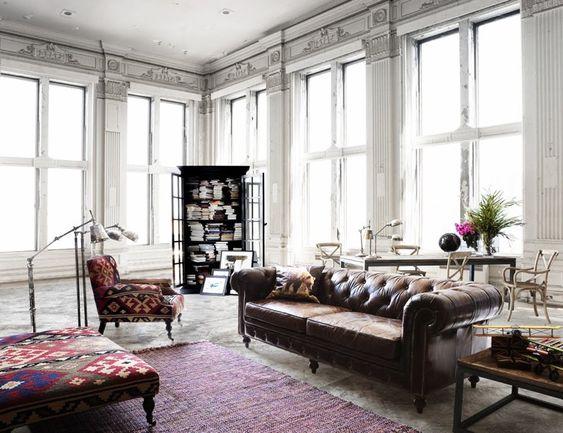 entretien-canape-cuir-chesterfield-cuir-marron-fauteuil-tapisse-motif-ikat