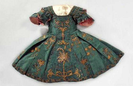 Girl's dress, 1730-55. Kobe Fashion Museum.